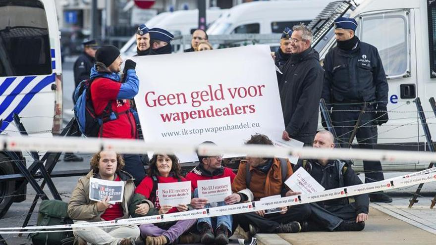 Manifestantes protestan contra el uso del presupuesto de la UE en defensa