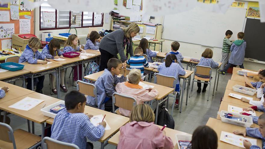 L'escola barcelonina La Mar Bella, de només una línia, pateix especialment els efectes del nou sistema de substitucions. / Edu Bayer