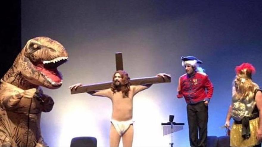 Representación con un cristo por parte de Abubukaka