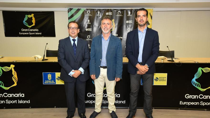 El gerente de la unión de empresas (UTE) organizadora del Gran Canaria Maratón, Francisco Armas, el consejero insular de Deportes, Ángel Víctor Torres, y el directivo de Cajasiete José Manuel Garrido.