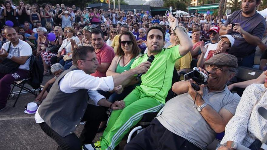 El cofundador de Podemos, Juan Carlos Monedero (i), durante el acto que la formación ha celebrado esta noche en la capital tinerfeña.