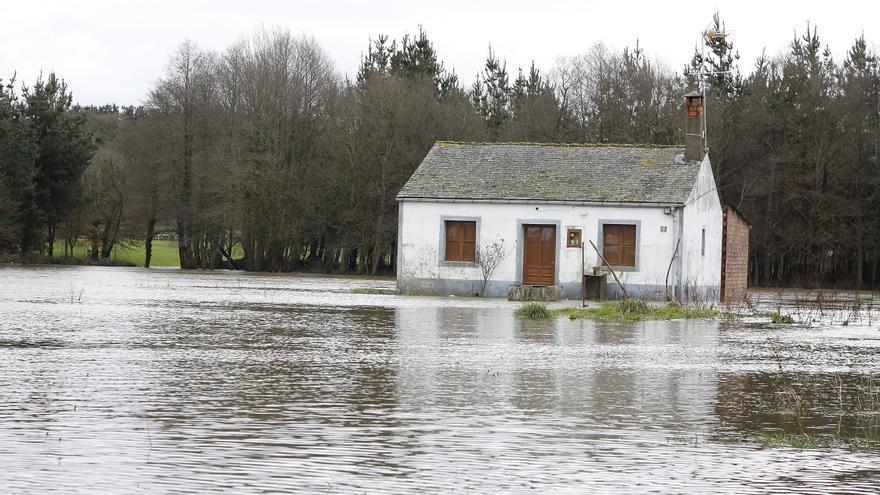 El Miño se desborda y las inundaciones mantienen aislados núcleos en Terra Chá