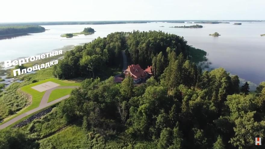 La mansión, conocida como Villa Segren, está localizada en una parcela de 20 hectáreas en la isla Lodochny (Golfo de Finlandia).