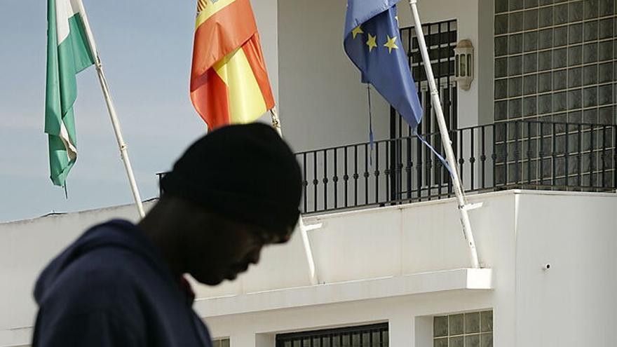 Imagen de archivo. Un vecino pasea ante las oficinas municipales de la localidad almeriense de San Isidro (Níjar).