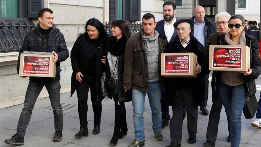 Las dos familias en el Congreso para entregar las firmas por la despenalización de la eutanasia