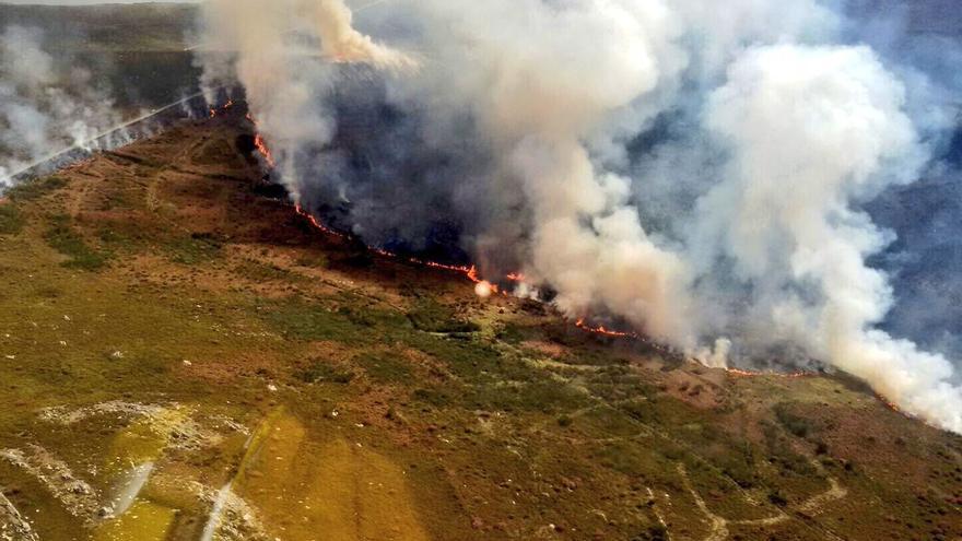 Incendio forestal en Manzaneda (Ourense) a principios de abril, en una imagen tomada por brigadistas