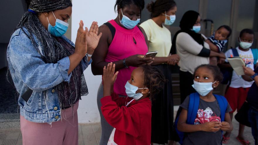 La Fiscalía Superior de Canarias prohíbe separar a niños migrantes de sus madres tras llegar en patera