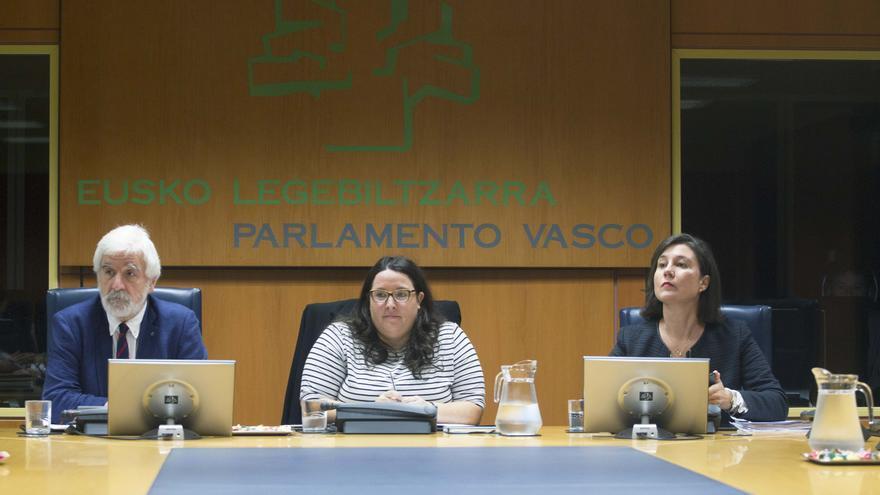 Alba Urresola (derecha) en la comisión de Educación del Parlamento Vasco