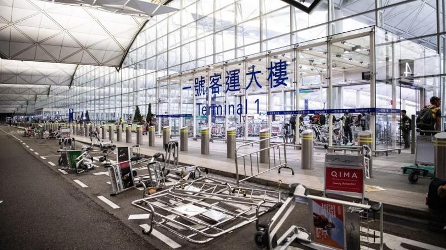 Un tribunal de Hong Kong prohíbe a los manifestantes permanecer en el aeropuerto