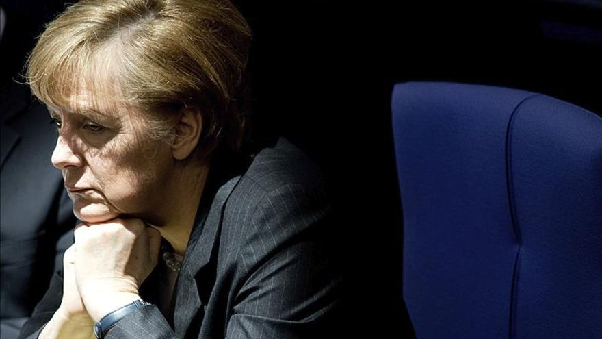 Merkel, pensativa en su escaño.