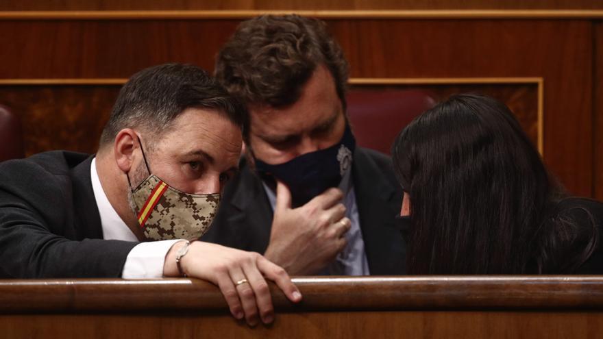 Archivo - (I-D) El líder de Vox, Santiago Abascal; el portavoz parlamentario de Vox, Iván Espinosa de los Monteros; y la portavoz adjunta de Vox en el Congreso, Macarena Olona.