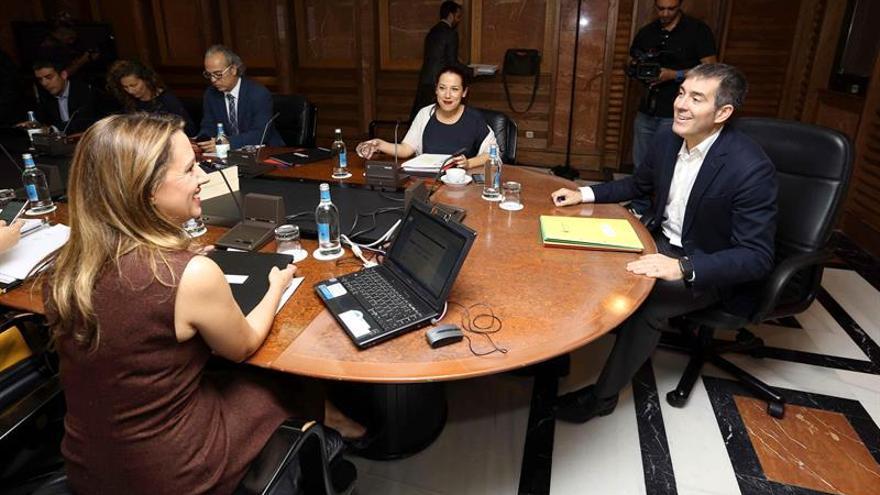 El presidente del Gobierno de Canarias, Fernando Trujillo (d), la vicepresidenta, Patricia Hernández (2d), y la consejera de Hacienda, Rosa Dávila (i), durante la reunión del consejo de gobierno. EFE/Elvira Urquijo A.