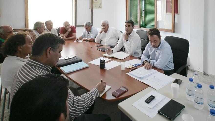 El responsable de Agricultura, Narvay Quintero, en una reunión con la Cooperativa del Campo Frontera y la S.A.T. Frutas de El Hierro
