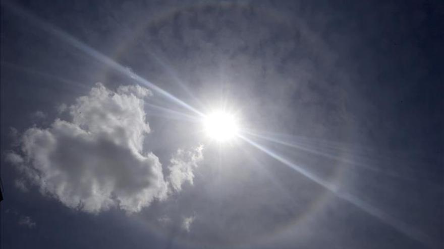 """Un """"halo solar"""" resplandece sobre el cielo de Madrid"""