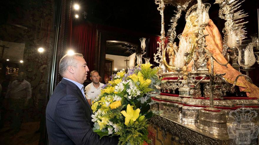 Miguel Ángel Ramírez y el capitán de la UD Las Palmas, Dani Castellano, depositando ramos de flores en el camarín de la Virgen del Pino.
