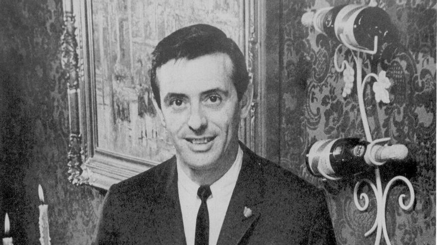 Jean Leon nació como Ceferino Carrión en Santander, en 1928. Su familia lo perdió todo en el incendio de 1941. Tras un breve paso por Barcelona y Francia viajó a Estados Unidos, donde se convirtió en un empresario de éxito gracias a su restaurante en Hollywood, La Scala.
