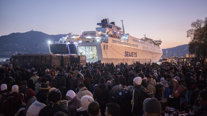 Con la llegada del ferry los refugiados se agolpan para aguardar su turno. Su próximo destino, Atenas / Foto: Olmo Calvo