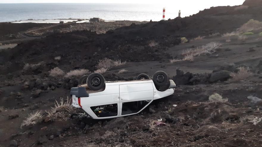 Un coche accidentado permanece en zona protegida de Fuencaliente desde hace semanas