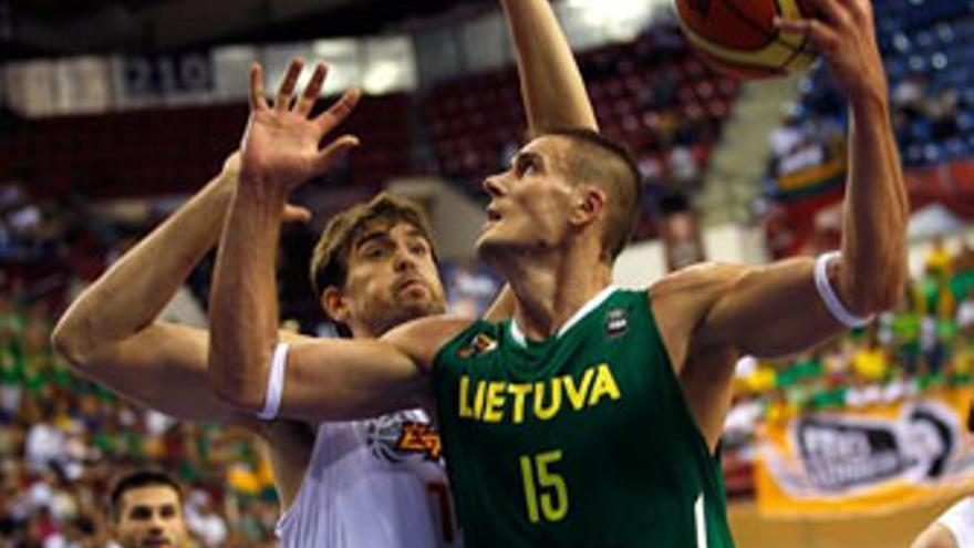 Robertas Javtokas, que anotó cuatro puntos, lanza a canasta ante la defensa de Marc Gasol. (SERGIO PÉREZ / REUTERS)
