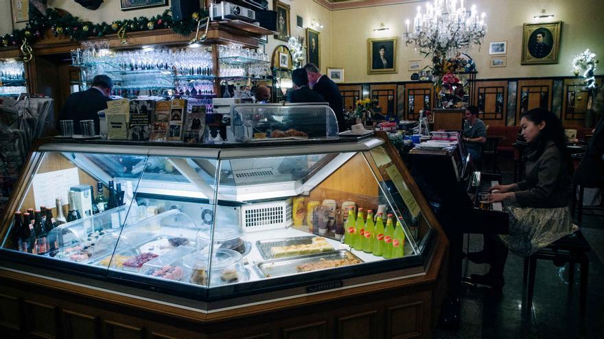 Pianista tocando en el Café Bellaria.
