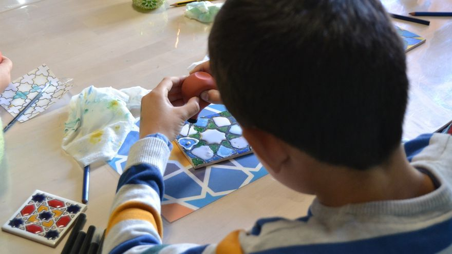 Un niño diseña un azulejo andalusí en el taller de Arqueorutas | N.C.