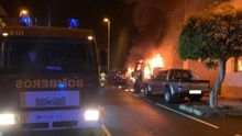Un momento del incendio de un vehículo en la Avenida Tanausú.