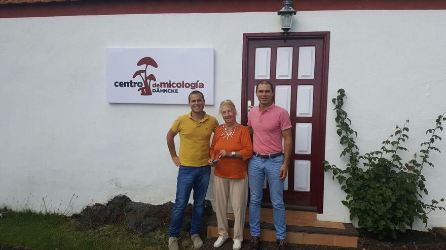 En la imagen de archivo, el alcalde de Villa de Mazo, José María Pestana (i), con la investigadora alemana Rose Marie Dähncke, en el centro micológico, ubicado de forma temporal en la Casa Roja.