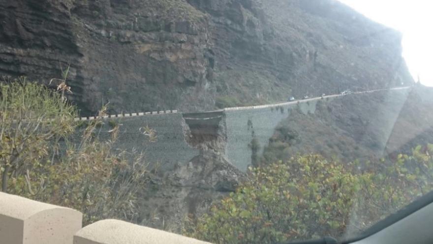 Desprendimiento en la carretera que da acceso al paraje de Punta de Teno.