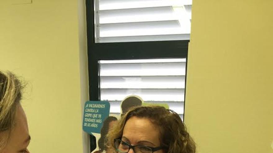 En la imagen, Mercedes Coello en el momento de ponerse la vacuna contra la gripe.