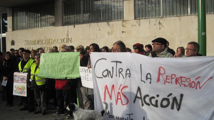 Activistas del Movimiento Antirrepresión se manifiestan ante la Subdelegación del Gobierno de Córdoba contra la Ley Mordaza.