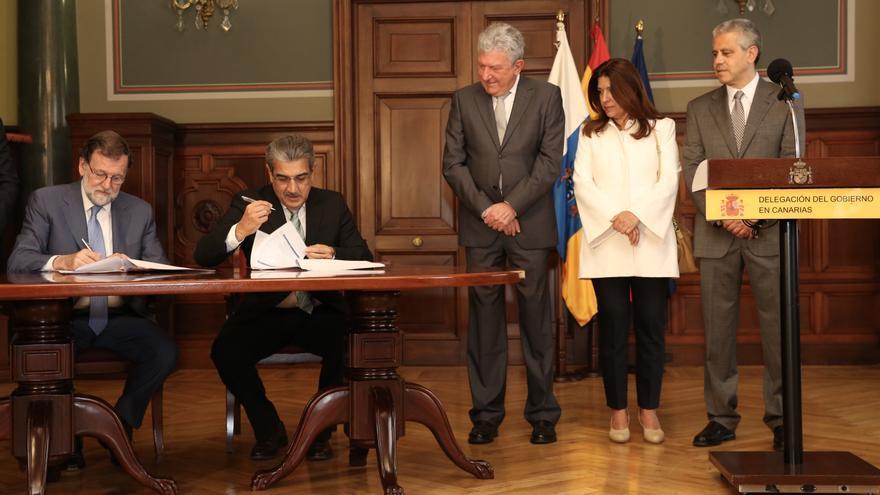 Firma del acuerdo entre el Partido Popular y Nueva Canarias para el apoyo a los PGE 2018