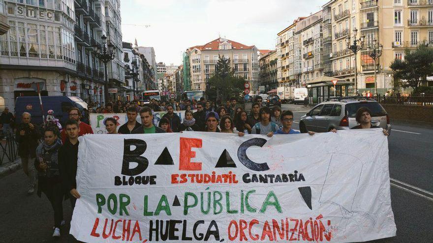 Un centenar de estudiantes se han manifestado en Santander contra la reforma del sistema universitario. | Rubén Vivar