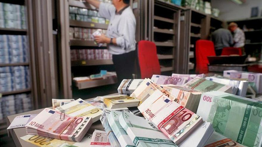 En la imagen, billetes de euro de banco en el departamento de cambio extranjero del Union Bank de Suiza.
