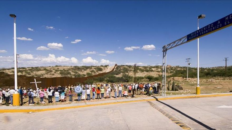 Inician marcha por el desierto de Arizona imitando la ruta de los inmigrantes