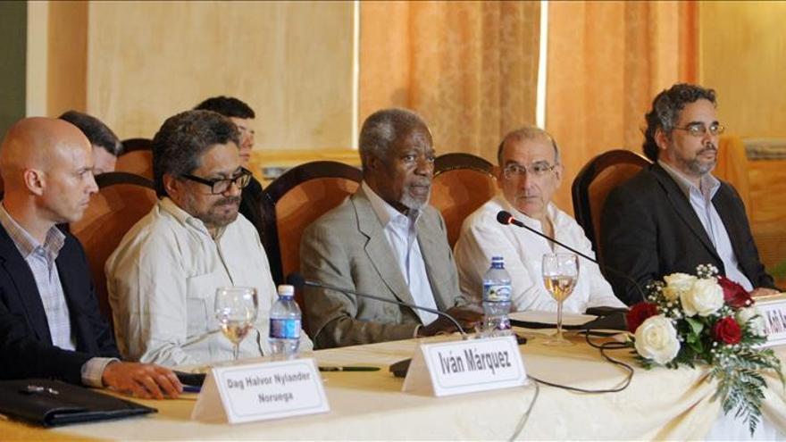 Annan se reúne con los equipos del Gobierno colombiano y las FARC para impulsar la paz