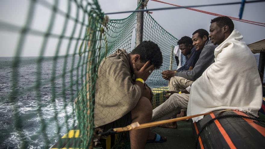 2 de julio de 2018. Migrantes se sientan el barco español Open Arms después de ser rescatados el pasado sábado.