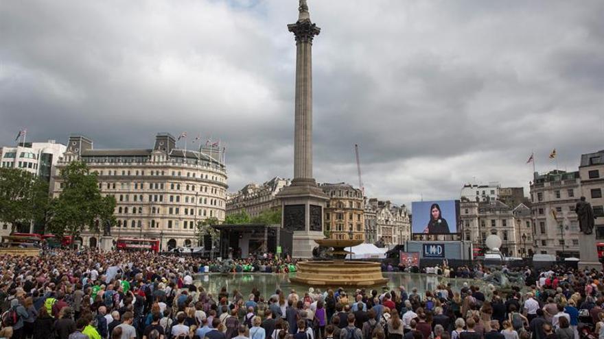 Miles de personas rinden tributo a Jo Cox en Londres el día de su aniversario