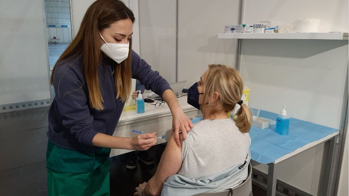 Una sanitaria vacuna a una mujer en el complejo de la Ciudad de la Luz de Alicante.