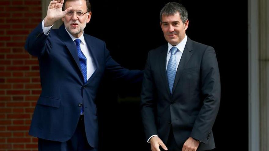 El presidente del Gobierno, Mariano Rajoy (i), recibe al presidente de Canarias, Fernando Clavijo, esta tarde en el Palacio de la Moncloa. EFE/JuanJo Martin