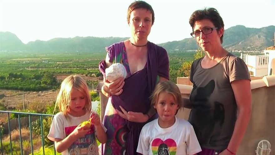 El matrimonio de Brenda y María José con sus tres hijos.