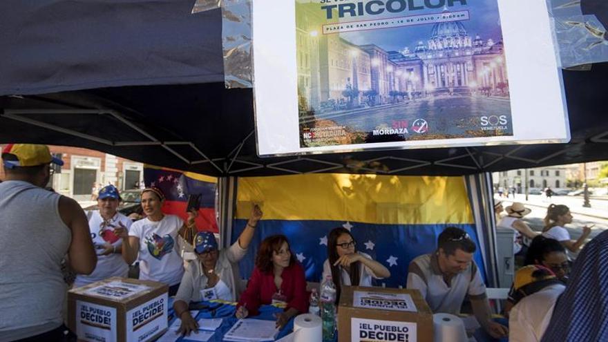 El padre de Leopoldo López votó en Roma en la consulta promovida por la oposición