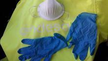 Mascarilla tipo N95 y guantes de nitrilo.