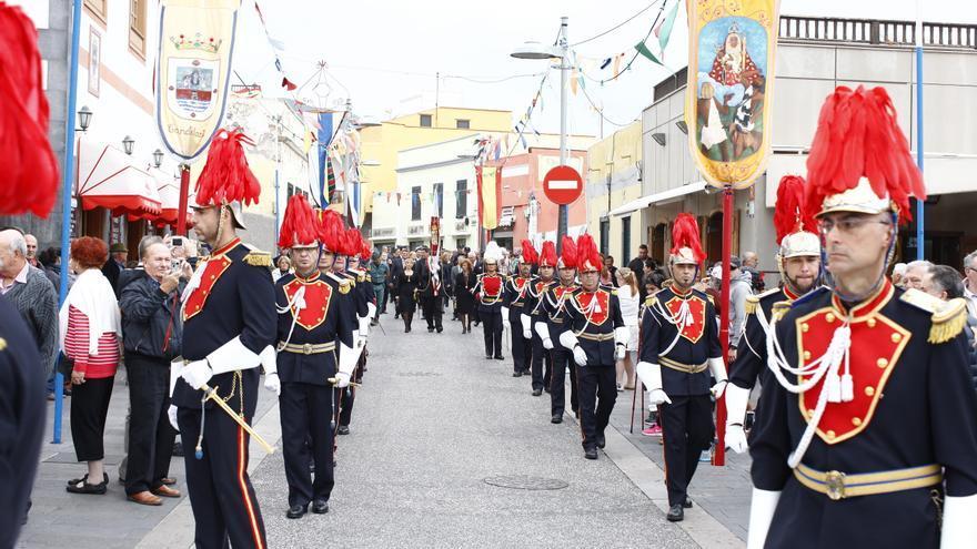 Un instante de la procesión cívica en la calle de La Arena.