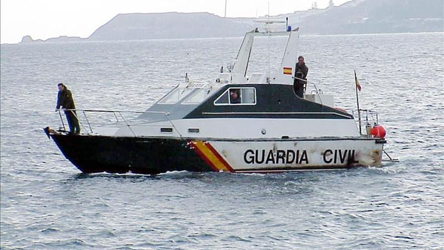 Una embarcación de la Guardia Civil rastreando la bahía norte de la Ciudad Autónoma de Ceuta.