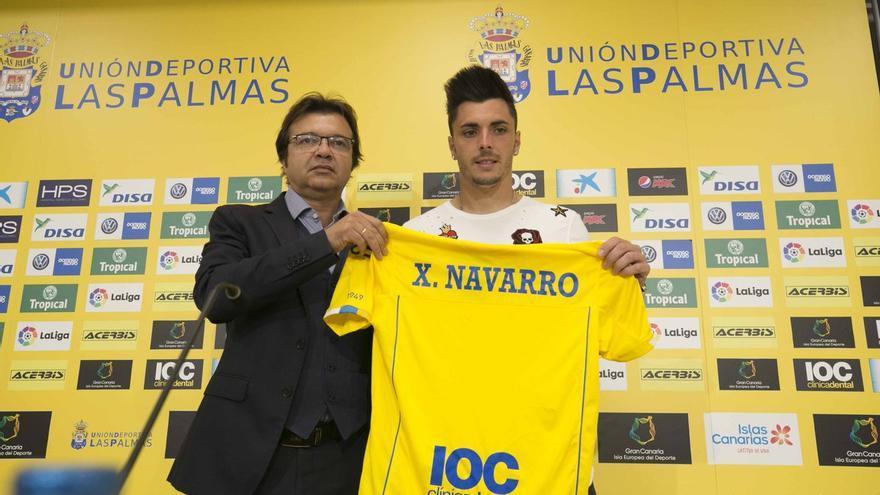 Presentación de Ximo Navarro como jugador de la UD Las Palmas junto al directo deportivo de la entidad amarilla, Toni Cruz.