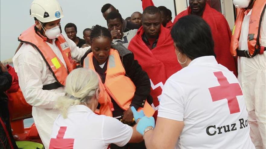 Cinco inmigrantes alcanzan la costa de Ceuta en una barca de playa