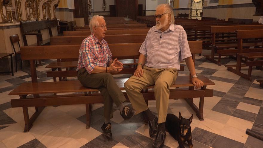 Esteban Tabares (izquierda) y Enrique Priego, dos curas obreros, en una iglesia. | PLANO KATHARSIS