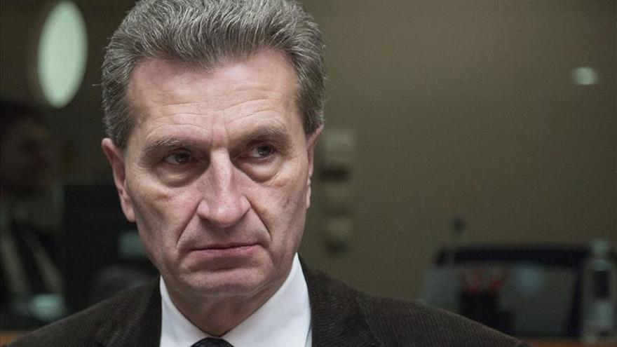 Oettinger critica el alto desempleo juvenil cuando el sector de las TIC busca trabajadores
