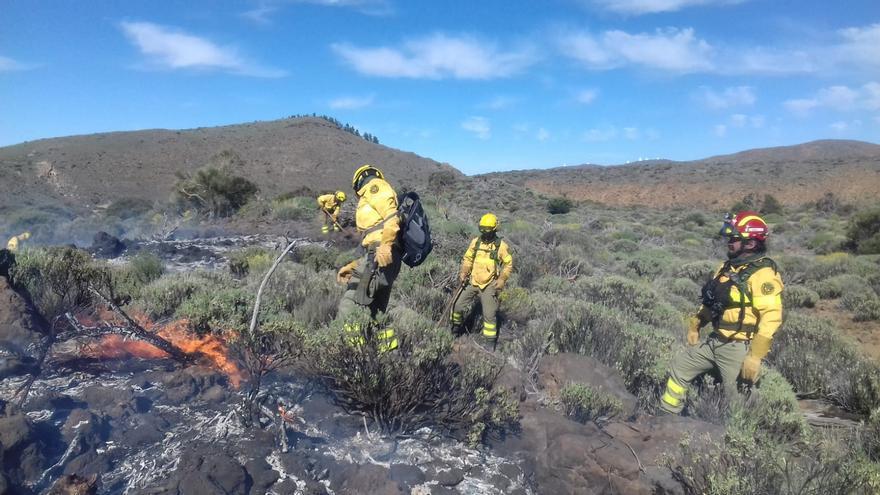 Imagen de archivo de un operativo de control de incendios en la isla de Tenerife.