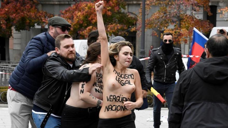 Activistas de FEMEN en una concentración franquista en la Plaza de Oriente. EFE/Víctor Lerena